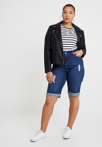New Look Curves - KNEE - Denim shorts - blue - 1