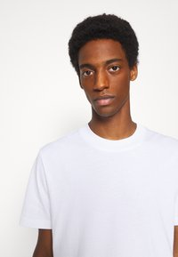 Selected Homme - SLHRELAXCOLMAN O NECK TEE - Basic T-shirt - bright white - 3