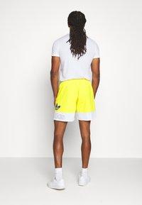 adidas Originals - FREESTYLE  - Shorts - yellow/white - 2