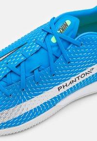 Nike Performance - PHANTOM GT ACADEMY IC - Indoor football boots - photo blue/metallic silver/rage green - 5