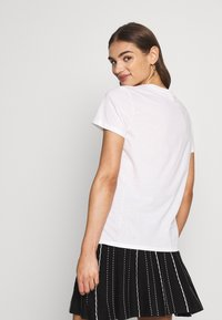 Scotch & Soda - WITH CHEST ARTWORK - T-shirts - white - 2