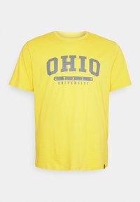 COLLEGE PRINT TEE - Print T-shirt - yellow