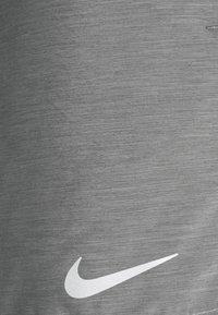 Nike Performance - CHALLENGER SHORT - Pantalón corto de deporte - smoke grey/reflective silver - 2