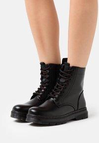 H.I.S - Kotníkové boty na platformě - black - 0