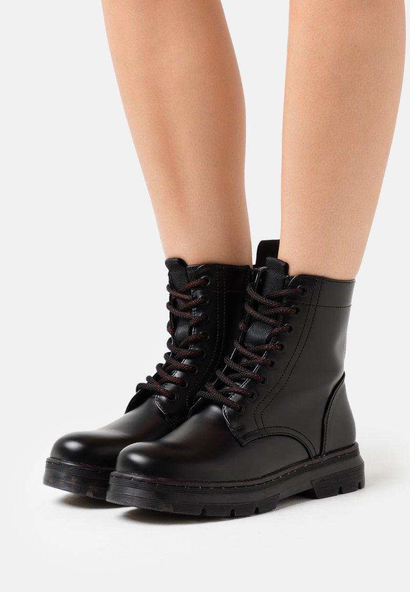 H.I.S - Kotníkové boty na platformě - black