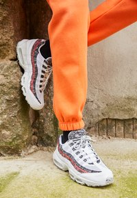Nike Sportswear - AIR MAX 95 - Zapatillas - white/photon dust/bright crimson - 2