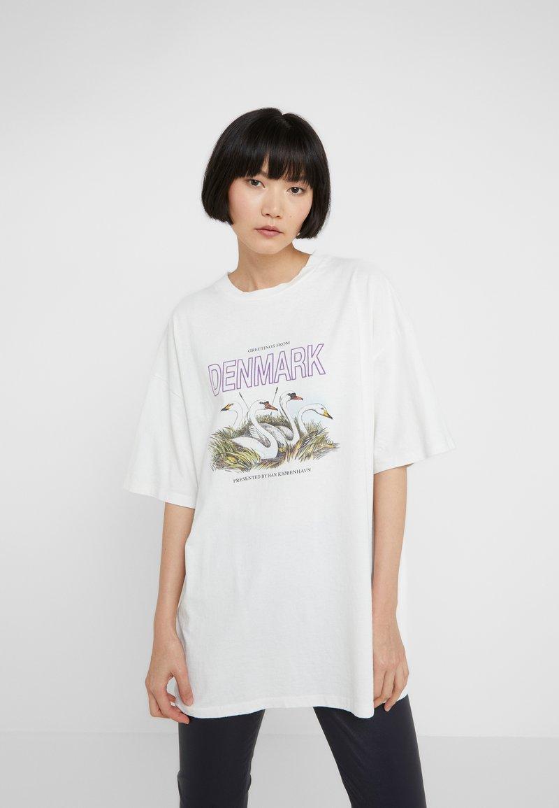 Han Kjøbenhavn - BOYFRIEND TEE - Printtipaita - off white