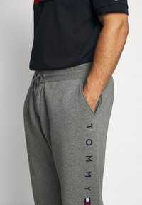Tommy Hilfiger - BASIC BRANDED - Tracksuit bottoms - grey - 4