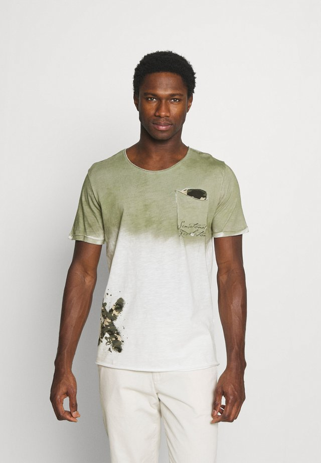 PROJECT ROUND - T-shirts med print - khaki