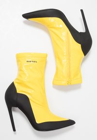 Diesel - SLANTY D-SLANTY ABH - High heeled ankle boots - freesia yellow/ black - 3
