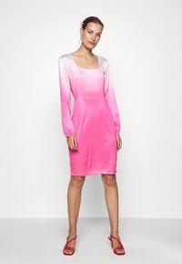 HOSBJERG - RILEY LONG SLEEVE DRESS - Pouzdrové šaty - pink dip dye - 0