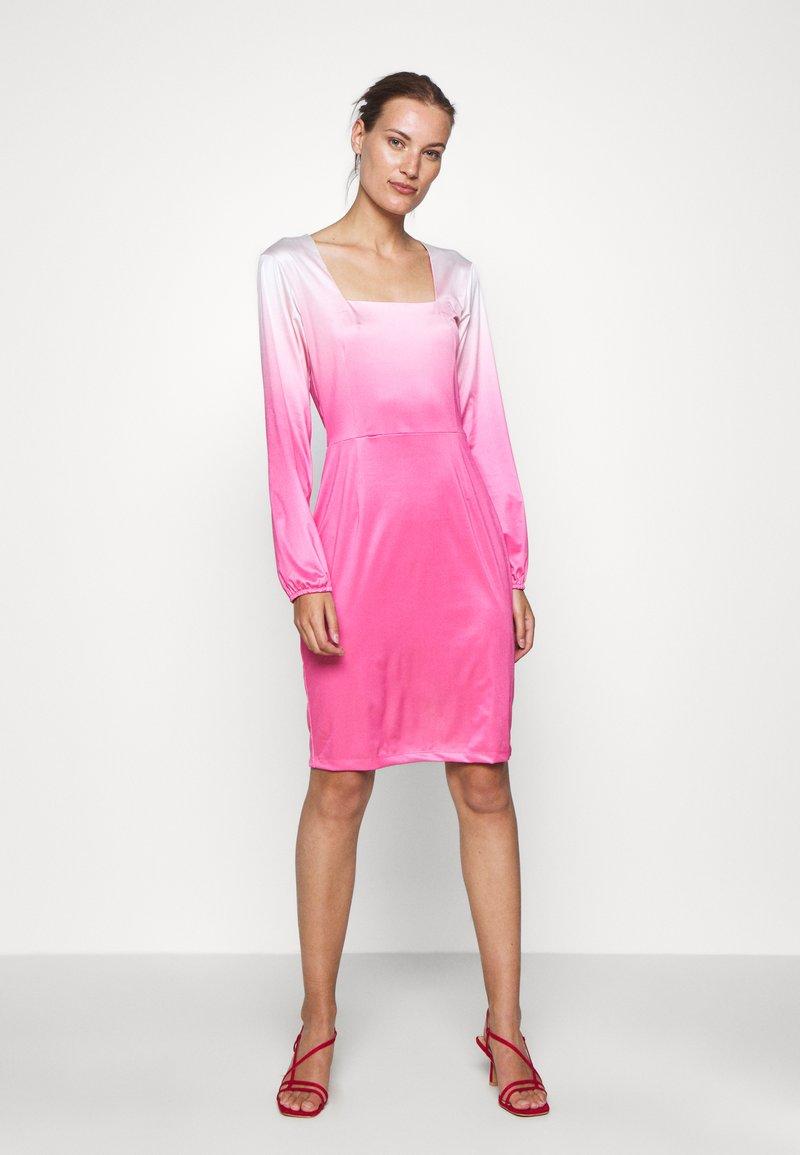 HOSBJERG - RILEY LONG SLEEVE DRESS - Pouzdrové šaty - pink dip dye