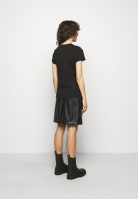 HUGO - THE SLIM TEE REDLABEL - Triko s potiskem - black - 2