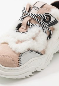 N°21 - Trainers - pink - 2
