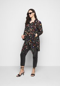 CAPSULE by Simply Be - LONGLINE SPLIT SIDE - Button-down blouse - black - 1