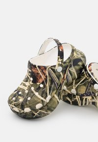 Crocs - CLASSIC BAE REALTREE - Klapki - white - 4