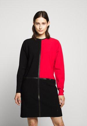COLORBLOCK DRESS - Pletené šaty - black