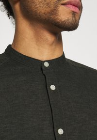 Only & Sons - ONSCAIDEN SOLID MAO - Camisa - olive night - 4