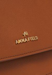 Anna Field - Skulderveske - cognac - 3