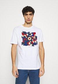 Ben Sherman - FRACTURED TARGET TEE - Printtipaita - white - 0