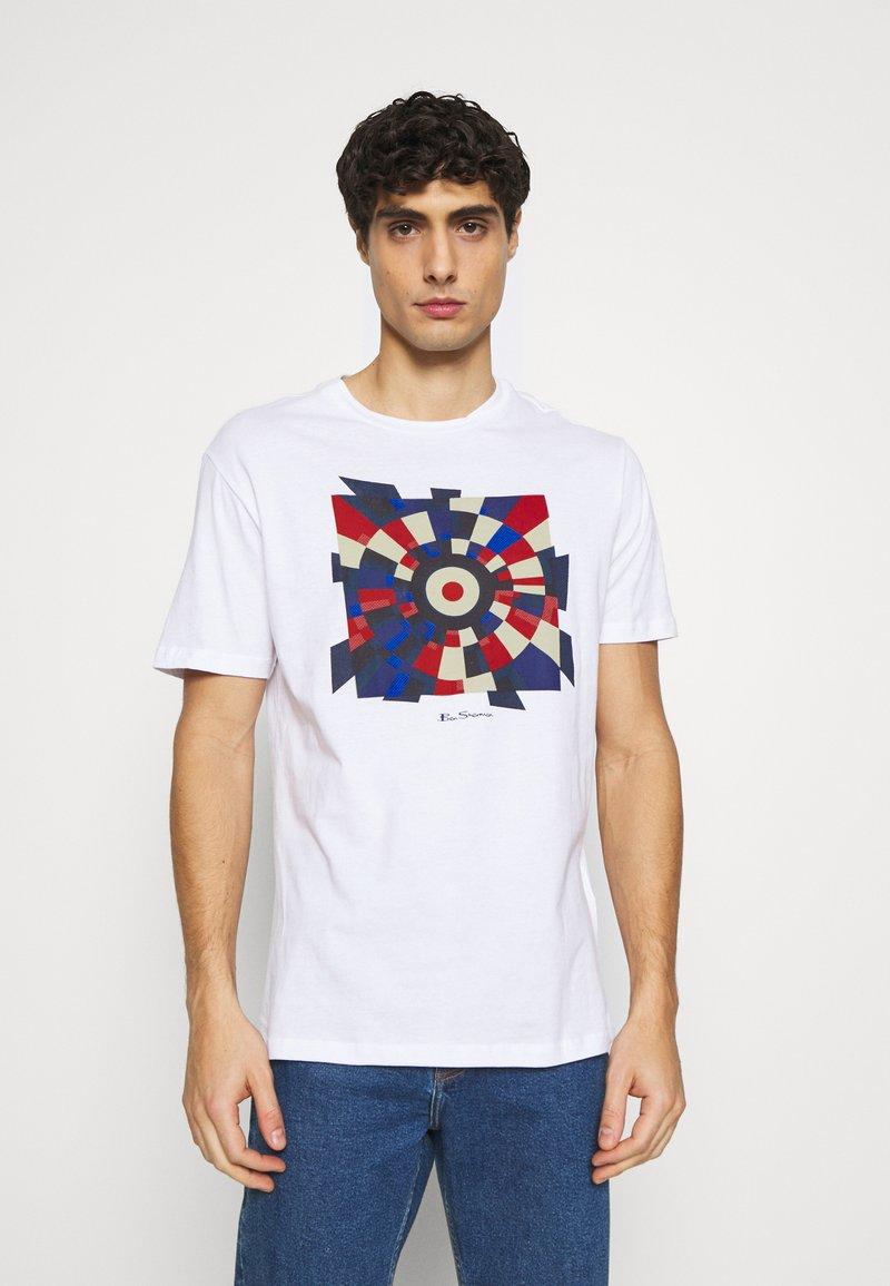 Ben Sherman - FRACTURED TARGET TEE - Printtipaita - white