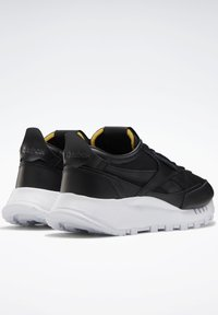 Reebok Classic - CLASSIC LEATHER LEGACY SHOES - Baskets basses - black - 3