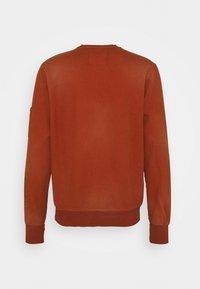 Caterpillar - HEAVY WASHED POCKET - Sweatshirt - rust - 1