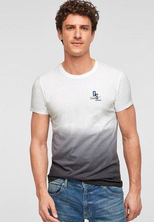 MIT FARBEFFEKT - Print T-shirt - white