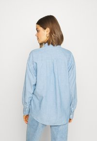 Levi's® - THE RELAXED - Button-down blouse - light blue denim - 2