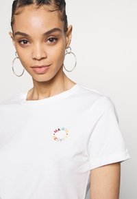 Scotch & Soda - FITTED TEE WITH CHEST ARTWORK - T-shirts med print - offwhite - 4