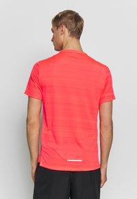 Nike Performance - DRY MILER - Camiseta estampada - laser crimson/reflective silver - 2