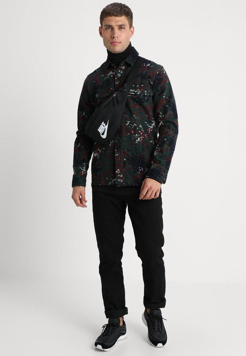 Nike Sportswear - HERITAGE UNISEX - Sac banane - black/white