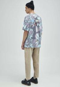 PULL&BEAR - TIE-DYE SIMPSONS - Print T-shirt - grey - 2