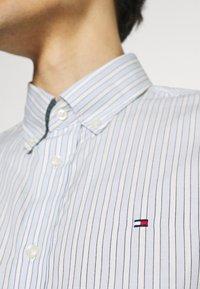 Tommy Hilfiger - BOLD STRIPE REGULAR FIT - Shirt - breezy blue/ivory/yale navy - 6