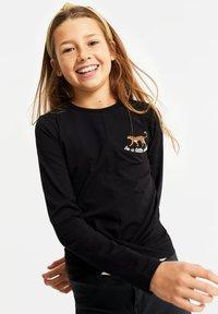 WE Fashion - MET OVERSLAGDETAIL - Camiseta de manga larga - black - 1