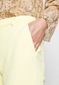 Rich & Royal - PANTS WITH TURNUP - Broek - light lemon - 5