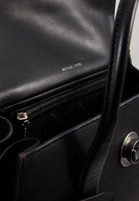 MICHAEL Michael Kors - CARMENLG FLAP BELTED SATCHEL - Handbag - black - 3