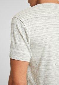 QS by s.Oliver - Print T-shirt - grey melange - 4