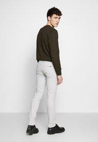 Tiger of Sweden - TRANSIT - Chino kalhoty - quiet gray - 2