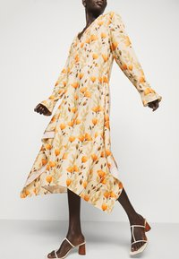 Mother of Pearl - V NECK DRESS WITH PIN TUCKS AND BUTTONS - Vapaa-ajan mekko - poppy peach - 4