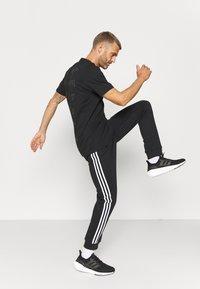 adidas Performance - 3 STRIPES  ESSENTIALS - Träningsbyxor - black/white - 3