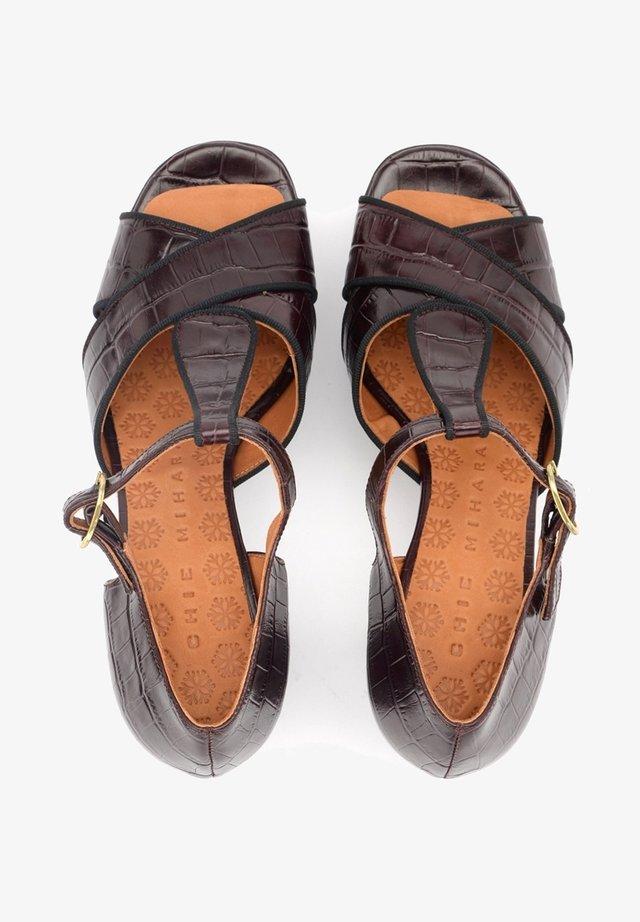 Sandali con tacco - rosso