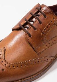 Base London - MOTIF - Elegantní šněrovací boty - washed tan - 5