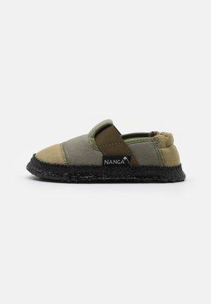 KLETTE UNISEX - Domácí obuv - grün