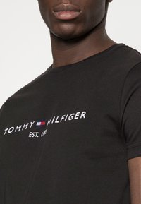 Tommy Hilfiger - LOGO TEE - Camiseta estampada - black - 4