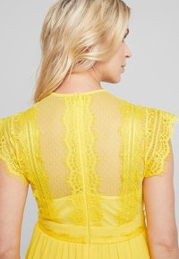 TFNC Maternity - EXCLUSIVE FINLEY MIDI DRESS - Cocktail dress / Party dress - spectra yellow - 5