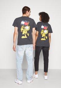 Tommy Jeans - ABO TJU X GARFIELD TEE UNISEX - T-Shirt print - blackout - 2