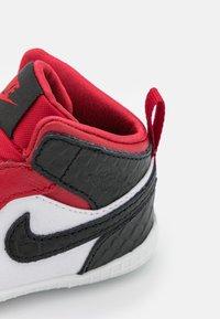 Jordan - 1 CRIB UNISEX - Basketball shoes - university red/black/white - 5