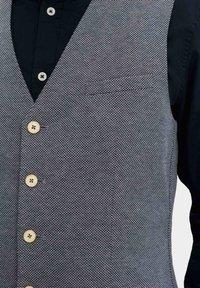WE Fashion - MET STRUCTUUR - Bodywarmer - grey - 5