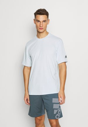 AEROREADY TRAINING SPORTS SHORT SLEEVE TEE - T-shirts basic - sky tint